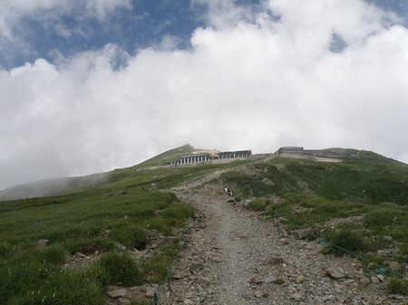 s-山小屋と山頂.jpg