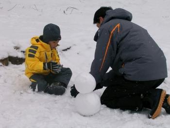 雪で遊ぶ親子2.JPG
