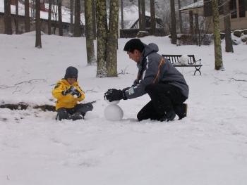 雪で遊ぶ親子3.JPG