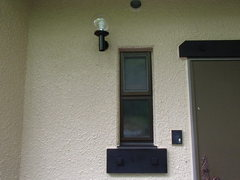 ③-21A玄関窓飾り木.JPG