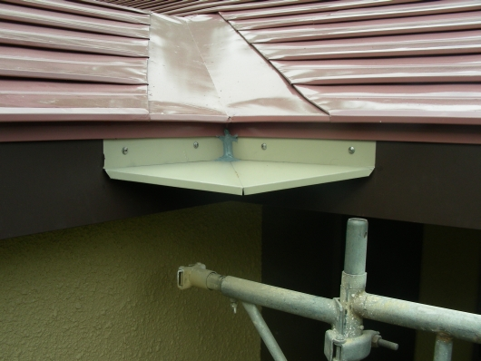 ③屋根コーナー庇取り付け.jpg